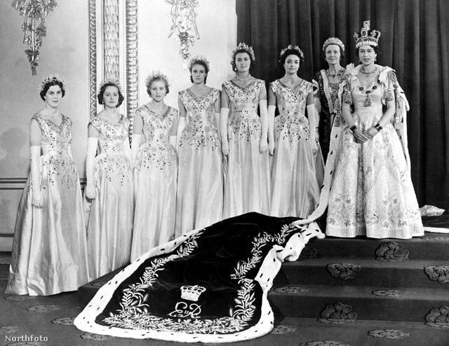 A frissen megkoronázott II.Erzsébet és udvarhölgyei.