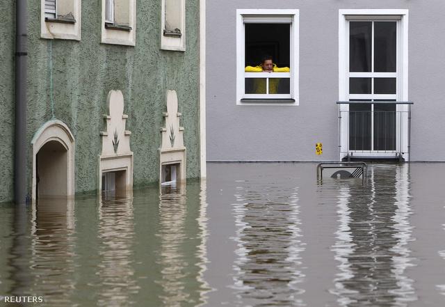 A parthoz közeli házak földszintjét már ellepte a víz Passauban