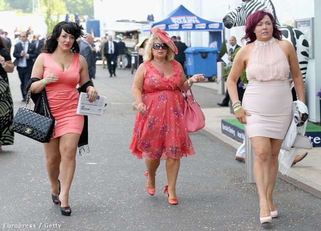 Érkeznek a hölgyek az epsomi derbi Ladies Day-re