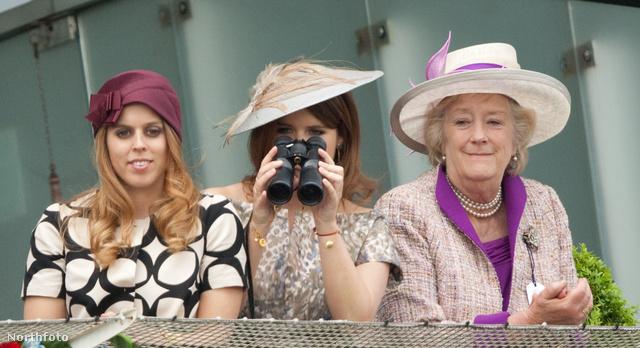 A derbi második napján a királyi család is megjelent: rincess Beatrice, Eugenie és Carnarvon hercegnéje nézelődik