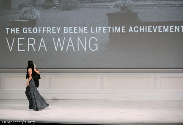 Vera Wang átveszi díját a 2013-as CFDA gálán.