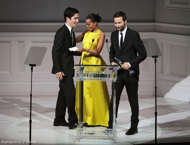 A Proenza Schouler tervezői, Lazaro Hernandez és Jack McCollough átveszik az Év Nőiruha-tervezőjének díját.