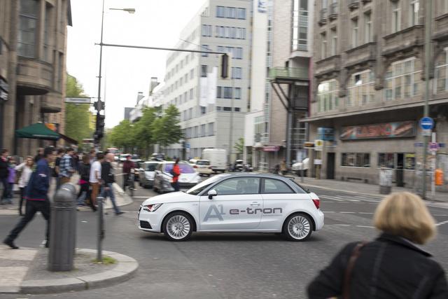 Berlinben már most sem hat idegenül egy alternatív hajtású jármű. Láttunk elektromos töltőoszlopot és van sűrített földgázkútjuk is