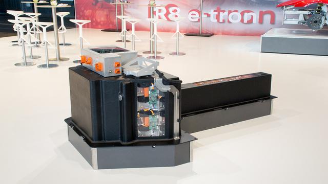Az akkucsomag tömege majdnem hat mázsa. Hossza több mint 2,3 méter, kapacitása 48,6 kilowatt és 12 óra alatt lehet újratölteni