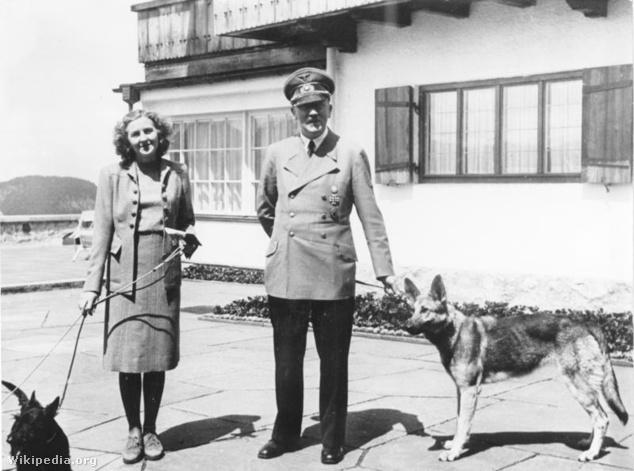 Hitler és Eva Braun kutyáikkal a berghofi rezidenciánál