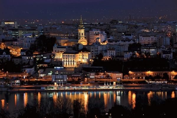 Belgrád esti fényben