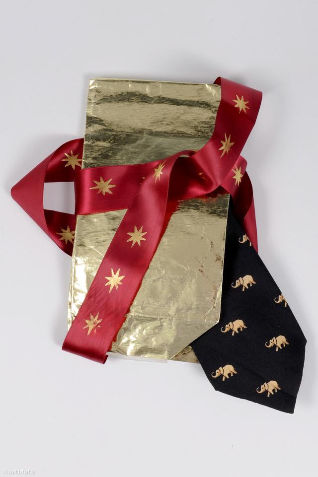 A nyakkendő eredeti csomagalásban, melyet  később aranydobozba csomagolva Diana elküldött egyik barátja lányának egy kézzel írt üzenettel, mellyel sok sikert kíván neki közelgő állásinterjújához