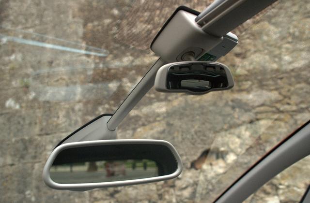 A kis tükörben a hátsó ülésen történő csintalanságokat lehet követni