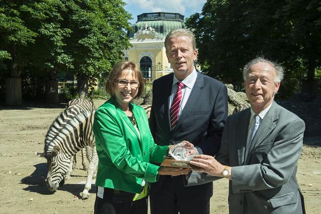Balról jobbra Dagmar Schratter, az állatkert igazgatója, Reinhold Mitterlehner miniszter és Anthony Sheridan állatkert-szakértő látható.