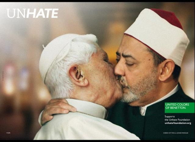 A Benetton kampányában éppen a pápa csókolózott 2012-ben, így nem csoda, hogy pont Olaszországban tiltották be.
