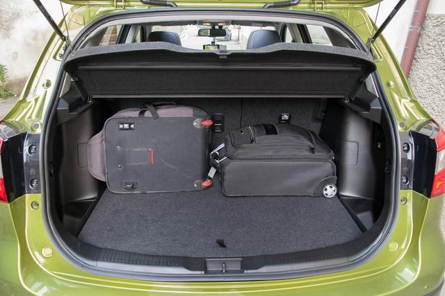 Kisebb lépcsős hátú autónyi a csomagtartó, itt óriási az előrelépés
