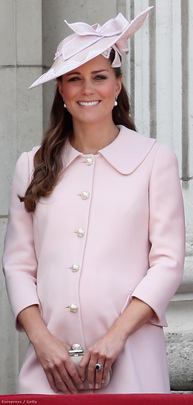 Katalin nagyon bájos ebben a halvány rózsaszín, gyöngy gombos Mcqueen kabátban és kalapban.