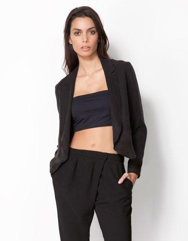 A bevállalósabbaknak: lehet az egész szerelés fekete, de azért legyünk bátrabbak a színekkel. A blézer Bershka, 9995 forint.