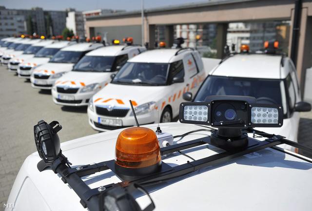 Az e-útdíj rendszerben az autópálya-kezelő 45 új mobil ellenőrző egysége segíti majd a díjköteles úthálózat folyamatos ellenőrzését. A jogosulatlan úthasználókkal szembeni fellépés a rendőrség feladata lesz a szervezet ennek érdekében 50 mobil bírságoló egységet kap.