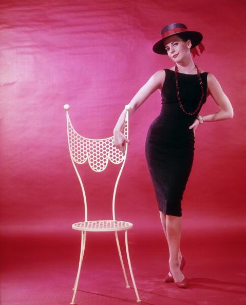 A kis fekete ruha néhány stiláris eltérést kivéve a legtöbb esetben megőrizte eredeti formáját.