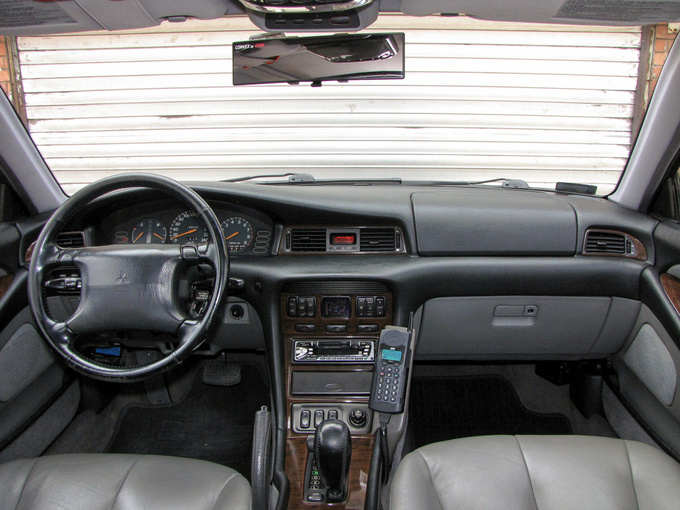 Multi-level dashboard with fake-wood. The first eries did not have a passenger airbag