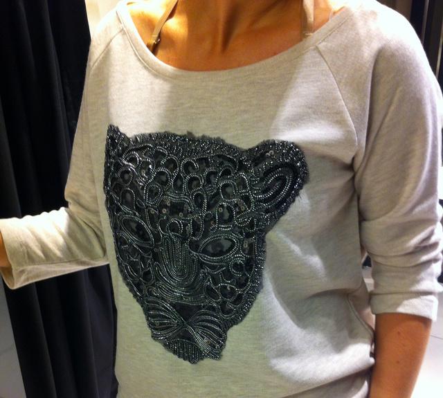 Reserved: A H&M üzletében nem találtuk meg a Kenzo ihlette tigrisfejes pulcsit. Ez is csak távoli rokon és leárazva is 6195 Ft. Eredeti ára nincs, a 699 cseh koronából arra következtetünk, 8000 forint körül lehetett.