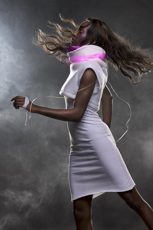 A Sensoree Mood névre keresztelt ruha a hazugságdetektorokhoz hasonlóan méri a test melegét. Tányér formájú gallérjába LED van beépítve, ami ha nyugodtak vagyunk zölden, ha izgatottabb leszünk pirosan és lilán világít.