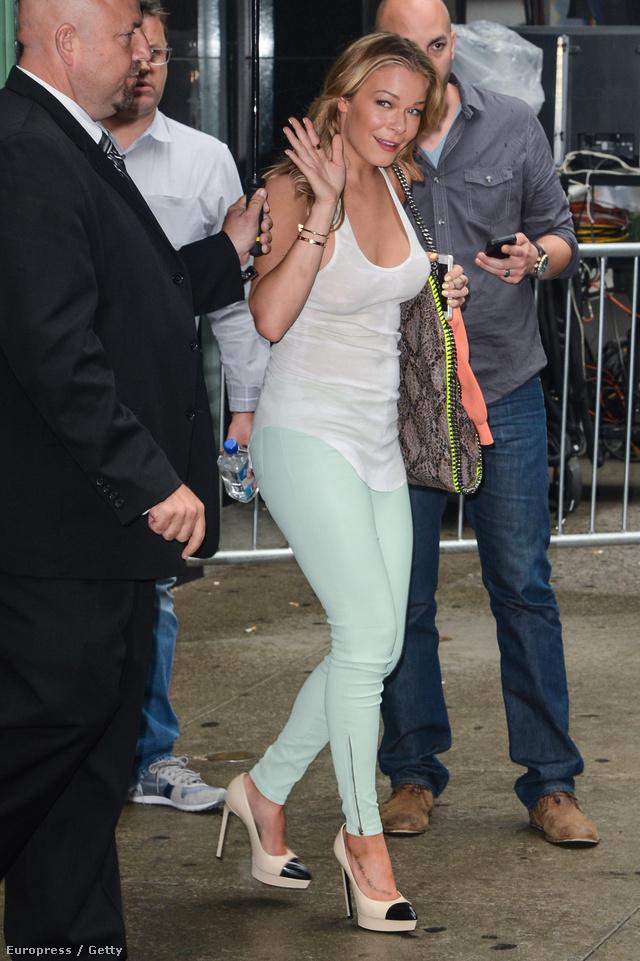 LeAnn Rimes pár hónap múlva már nem veheti fel ezt a menta zöld nadrágot.