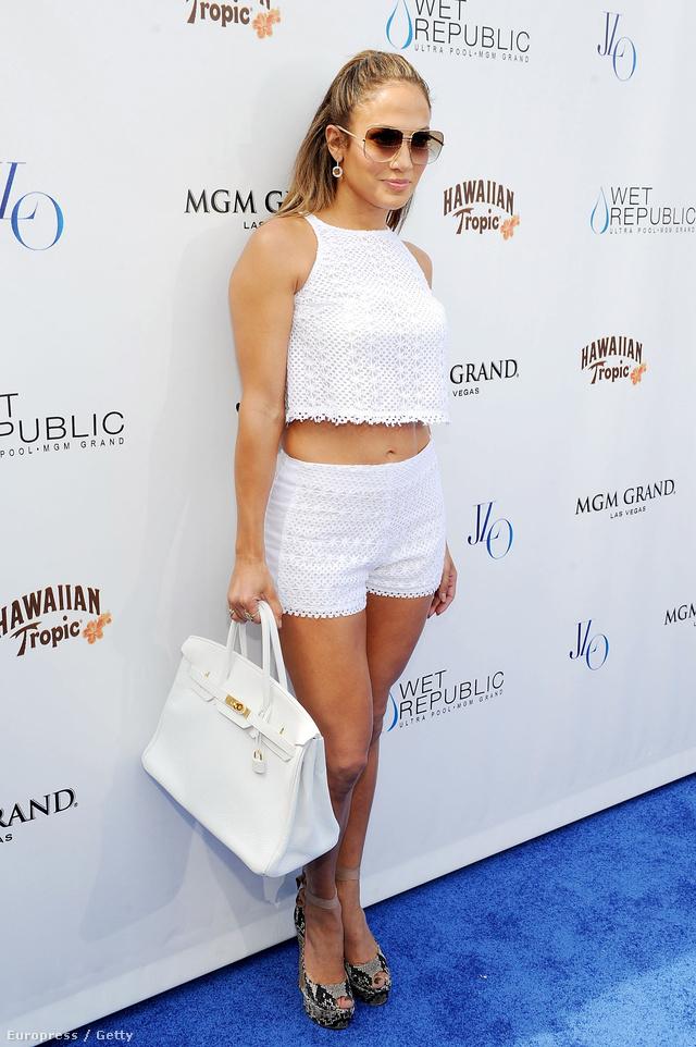 Jennifer Lopez nagyon szereti a csipkés/horgolt vonalat. Jobb, ha kihasználja még a hátralévő heteket.