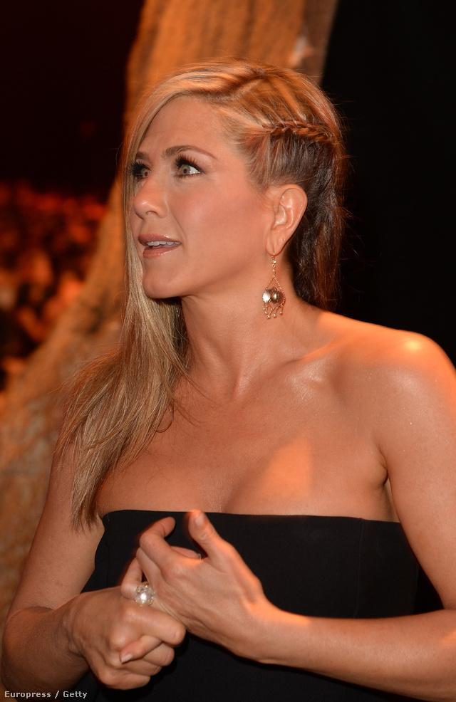 Íme, egy nyári frizura Jennifer Anistontól.