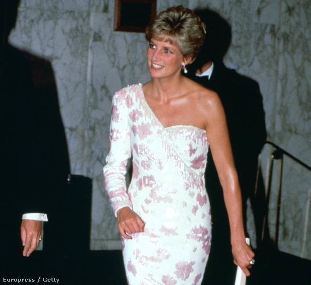 Még egy ikonikus ruha 1991-ből: a mostani kiállításon ezt már sajnos nem mutatják be, mert nemrég elárverezték. Catherine Walker tervezte.