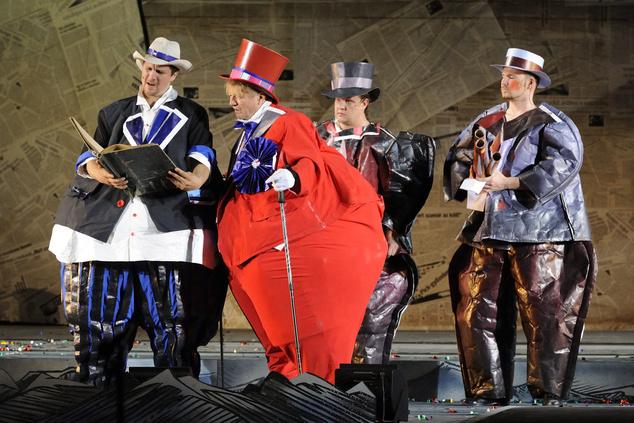 Nagy Ervin, Tom (Miggles) Fleetwood és Hegedűs D. Géza, a polgármester szerepében Jacobi Viktor Leányvásár című nagyoperettjének próbáján a szegedi Dóm téren ( MTI Fotó: Kelemen Zoltán Gergely )