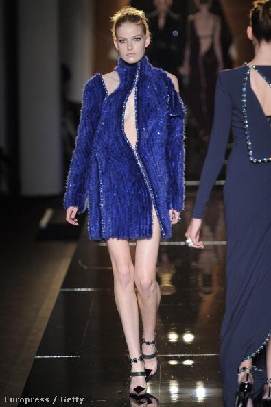 Versace Atelier kollekciója fekete, rubinvörös, smaragzöld, kék, zafír kék, lila és szürke színeket kapott.