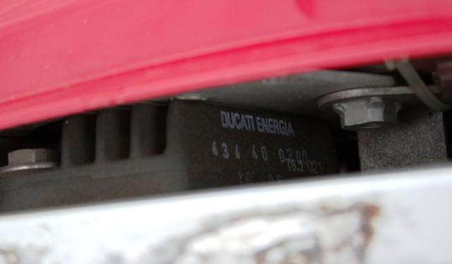 Az egyetlen igazán érzékeny alkatrésze a feszültségszabályozó. A tesztmotoron már kicserélték a gyárit egy Ducati Energia gyártmányú, hűtőbordás egységre. Van rajta kicsi ventilátor is. Így talán nem megy tönkre. Amúgy nem drága alkatrész