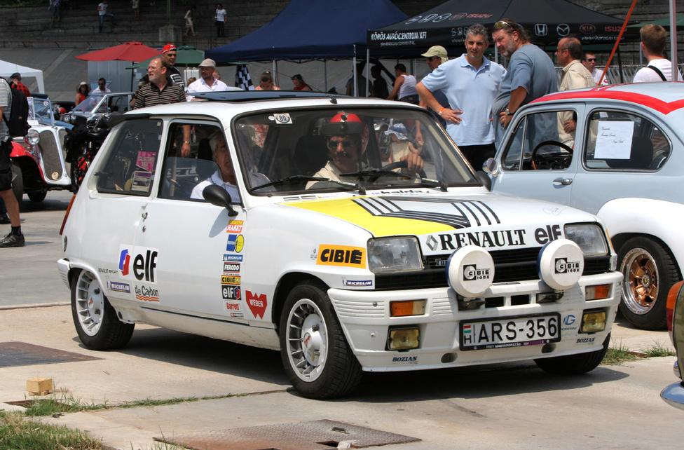 Renault R5 Alpine Turbo korabeli színekben
