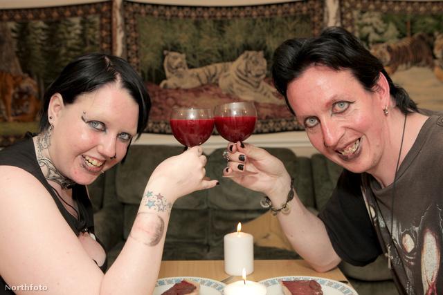 Lia Benninghoff és Aro Draven heti vámpírvacsoráját fogyasztja egy-egy pohár vérrel