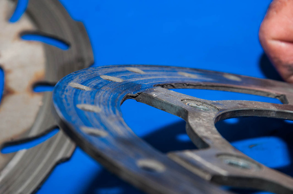 A hátsó tárcsa azon kívül, hogy a kopáshatár alatt van, az erősen elkopott betét úgy lekoptatta a tárcsa belsejét, hogy az kis híján levált az agyrészről
