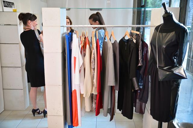 Az üzletben található ruhákat próbálni is lehet, ha nem sül amúgy is szét a 40 fokban.