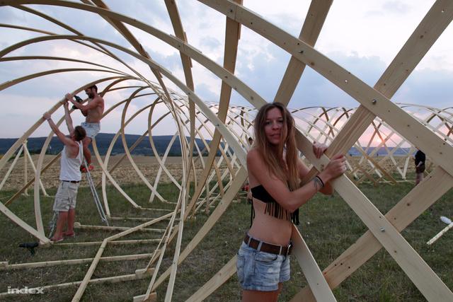 Görög, magyar és spanyol diákok dolgoznak a leglátványosabb építményen