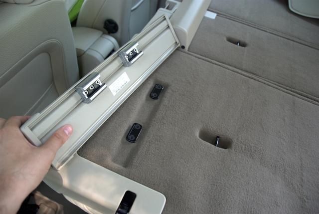 A csomagtér-rolók kipattinthatók az üléstámlából, ha netán útban lennének