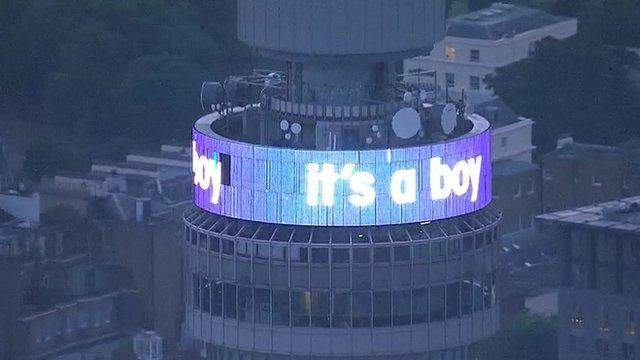 A British Telecom torony kékbe borult, azt hirdette a trónörökös fiú, és még egy gólyás grafikával is nyomatékot adott a bejelentésnek