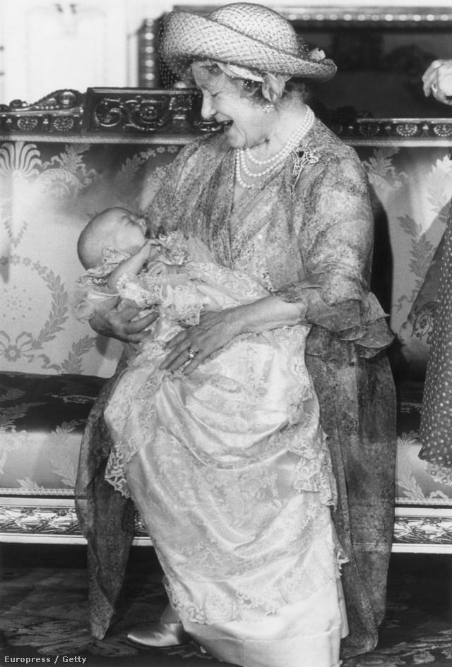 II. Erzsébet királynő édesanyja és Vilmos herceg, utóbbi keresztelőjén