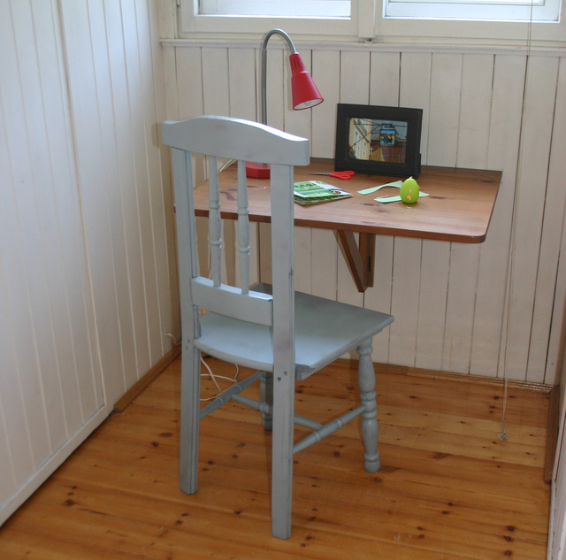 A szék a lányszobában. Már látom, az asztal sem ússza meg meg a festékspray-t.
