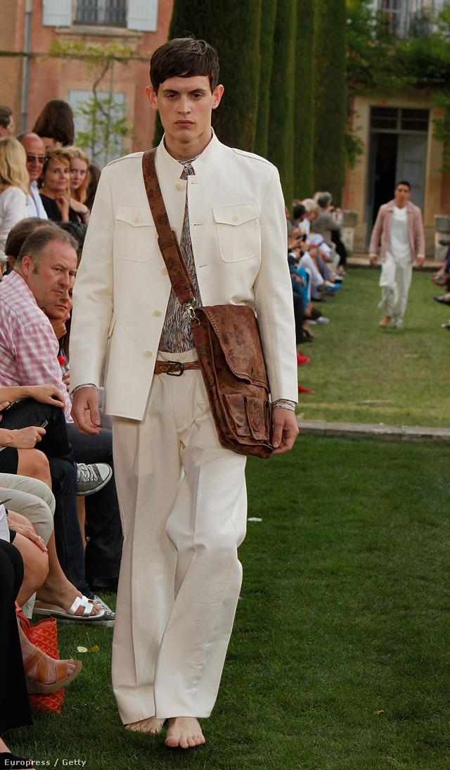 Tetőtől-talpig fehérbe öltözött férfi.