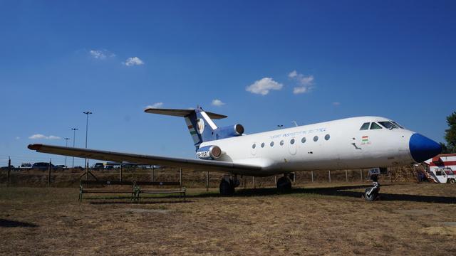 Jak–40 (HA-YLR). 1975. december 17-én érkezett Magyarországra a Légiforgalmi és Repülőtéri Igazgatóság megrendelésre. Navigációs berendezések bemérésére, hitelesítésére alkalmazták Magyarországon és külföldön egyaránt. Közforgalomban nem repült. 1987-ben a Tu–134-esen is látható festést kapta, majd a Malév 1993-as arculatváltása után a jelenlegi színekre festették. 2001-ben nagyjavítás helyett egyenesen az Emlékparkba vontatták. A repülőgép üzemképes, műszaki állapota kiváló. (forrás: Wikipédia)