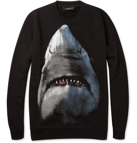 A Givenchy 95 ezer forintért árulta fehércápás pulóverét.