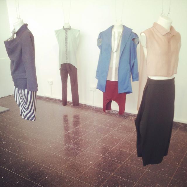 """Shani Sucovsky """"Építés alatt"""" című kollekciójával minden ruhadarabtól elvette azokat az elemeket, amelyek alapján általában beazonosítjuk őket..."""