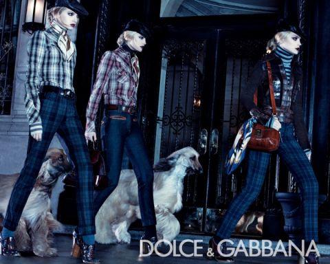 A Dolce & Gabbana kampányokban jó ideje feltűnnek a kutyát sétáltató modellek.