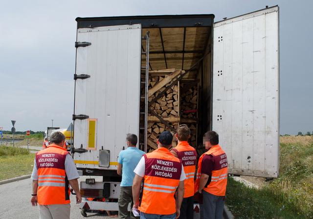 A román kamion rakománya félig rádőlt a ponyvát tartó fémkeretre