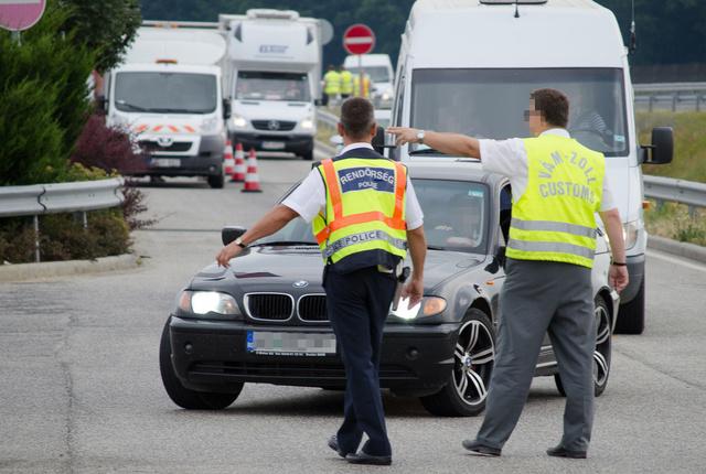 A külföldi rendszámos autókat mind kivették