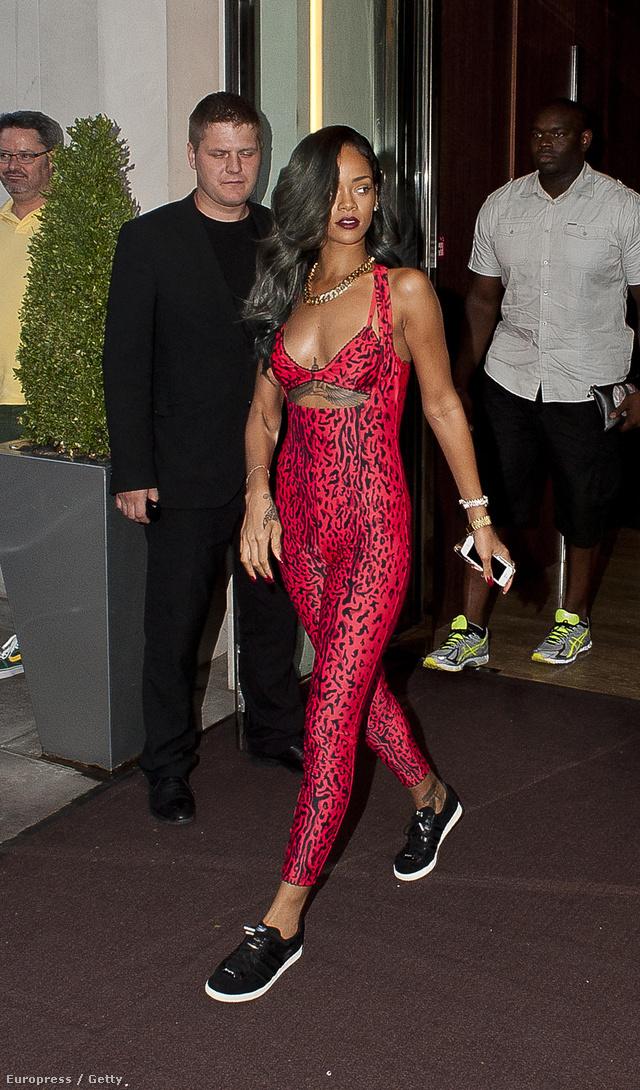 És mit szólnak Rihanna kígyóbőr overáljához?