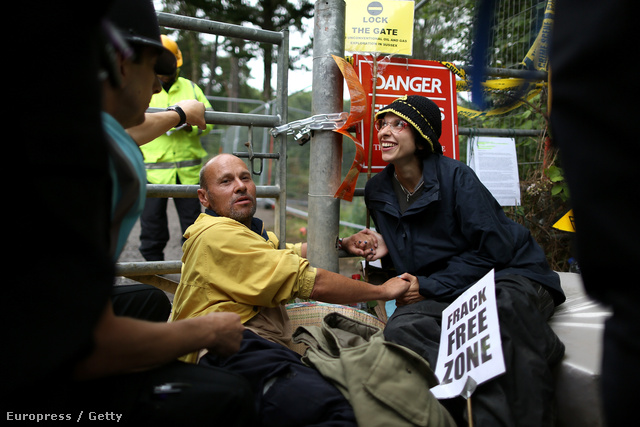 Natalie Hynde és Simon Medhurst élő lakatként – kezüknél összepillanatragasztózták magukat