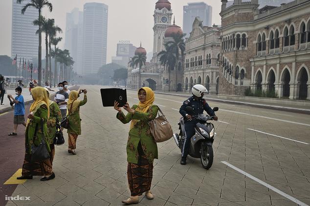 Turisták a Sultan Abdul Samad épületnél Kuala Lumpurban