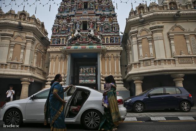 Hívők érkeznek a Sri Maha Mariamman hindu szentélybe