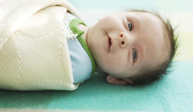 Sokat sír a gyereke? Pólyázza be!